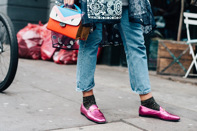 Как носить лоферы с носками?