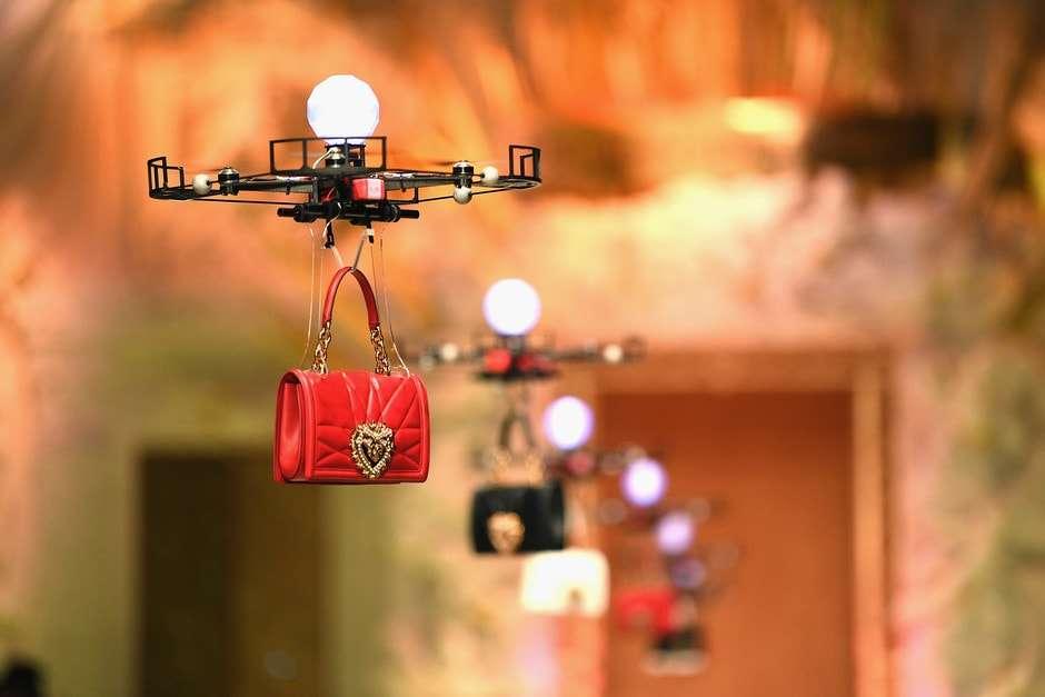 Летающие сумки Dolce Gabbana на показе в Милане