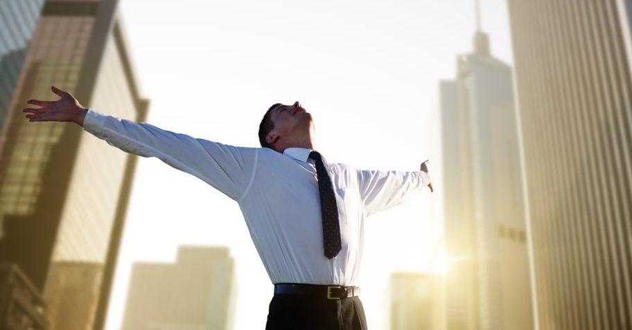 Бизнесмен «пинает» сам себя и двигает к своей цели.