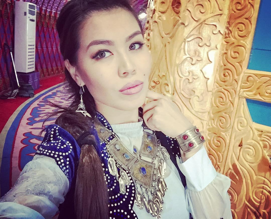 Казахские женщины носят украшения, можно сказать, с пеленок.